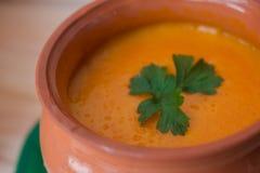 Sopa poner crema vegetariana de una calabaza con las tostadas Foto de archivo libre de regalías