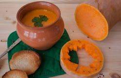 Sopa poner crema vegetariana de una calabaza con las tostadas Imagen de archivo
