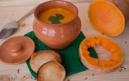Sopa poner crema vegetariana de una calabaza con las tostadas Foto de archivo