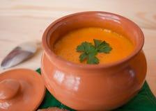 Sopa poner crema vegetariana de una calabaza con las tostadas Imagen de archivo libre de regalías