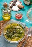 Sopa portuguesa Caldo Verde no vertical ciano do fundo imagem de stock