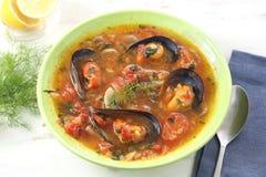 Sopa portuguesa tradicional del mejillón imagenes de archivo