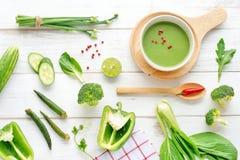 Sopa pura verde y verduras verdes frescas Foto de archivo