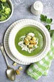 Sopa pureed brócolis com pão torrado Vista superior Imagens de Stock