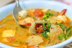 Sopa quente e ácida com camarão e vegetal fotografia de stock royalty free