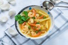 Sopa quente e ácida de Tom yum - com camarões fotografia de stock