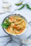 Sopa quente e ácida de Tom yum - com camarões foto de stock