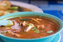 Sopa quente e ácida de Tom Yum tailandês no café do lado da estrada imagens de stock