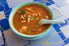 Sopa quente e ácida de Tom Yum tailandês no café do lado da estrada fotografia de stock