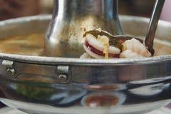 Sopa quente e ácida do marisco foto de stock