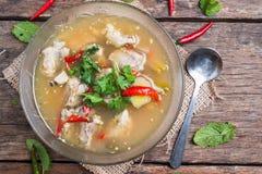 Sopa quente e picante com os reforços de carne de porco no fundo de madeira Imagem de Stock Royalty Free
