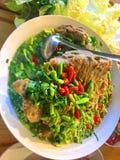 Sopa quente e picante com reforços de carne de porco Tom yum com limão e as ervas tailandesas fotos de stock
