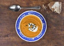 Sopa rústica da abóbora com pão na madeira Fotos de Stock Royalty Free