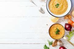 Sopa Roasted da abóbora e da cenoura no fundo de madeira branco Copie o espaço Conceito do vegetariano Imagens de Stock Royalty Free