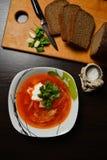 Sopa roja con ajo del pan de las hierbas Fotos de archivo