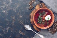 Sopa roja del borsch con crema agria Borsch con los cuscurrones del centeno en estilo del pueblo Copie el espacio imagen de archivo