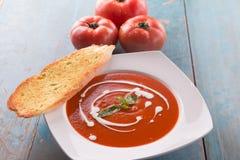 Sopa roja del tomate con nata para montar Fotos de archivo libres de regalías