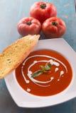 Sopa roja del tomate con nata para montar Imágenes de archivo libres de regalías