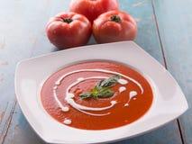 Sopa roja del tomate con nata para montar Fotos de archivo