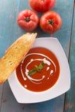 Sopa roja del tomate con nata para montar Fotografía de archivo