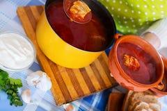 Sopa rusa con la carne, remolachas y col Fotos de archivo