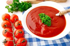 Sopa saboroso do tomate com ervas Imagem de Stock