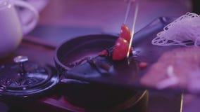 Sopa sabrosa con las setas, los tallarines y la cereza del tomate en un cuenco negro con una tapa en la tabla metrajes