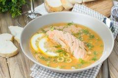 Sopa Salmon no fundo de madeira da mesa Fotos de Stock
