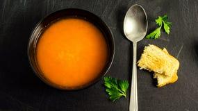 Sopa, salsa e pão torrado de lentilha vermelha imagem de stock royalty free