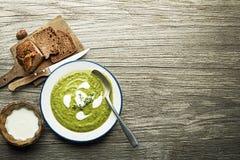 Sopa sana verde con la verdura y las hierbas Fotos de archivo libres de regalías