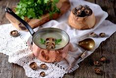 Sopa saudável do creme do cogumelo com aipo e salsa em um fundo de madeira velho Estilo rústico Fotos de Stock Royalty Free