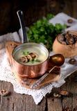 Sopa saudável do creme do cogumelo com aipo e salsa em um fundo de madeira velho Estilo rústico Fotografia de Stock