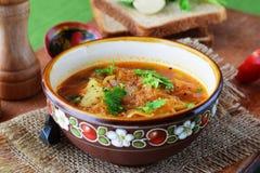 Sopa simple de la chucrut con las verduras en un cuenco tradicional en un fondo de madera Comida de la cerradura Comida vegetaria fotos de archivo