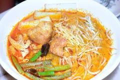 Sopa típica del laksa de Sarawak con los tallarines, habas verdes, queso de soja, elegancia Foto de archivo libre de regalías