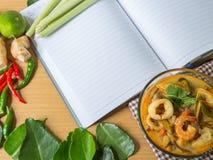 Sopa tailandesa de la especia de Tom yum, libro, comida tailandesa fotos de archivo libres de regalías