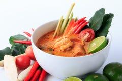 Sopa tailandesa de la gamba con el Cymbopogon (Tom Yum Goong) en el fondo blanco foto de archivo libre de regalías