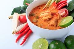 Sopa tailandesa de la gamba con el Cymbopogon (Tom Yum Goong) en el fondo blanco imagenes de archivo