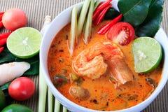 Sopa tailandesa de la gamba con el Cymbopogon (Tom Yum Goong) en fondo del paño de Brown fotografía de archivo libre de regalías