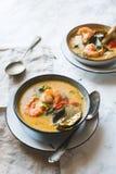 A sopa tailandesa de Tom Yum Goong com camarões, camarões e folhas do kaffir serviu em uma textura de mármore branca imagem de stock