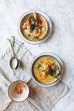 A sopa tailandesa de Tom Yum Goong com camarões, camarões e folhas do kaffir serviu em uma textura de mármore branca imagens de stock