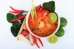 Sopa tailandesa do camarão com nardo (Tom Yum Goong) no fundo branco fotos de stock