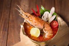 Sopa tailandesa picante de los mariscos del goong de Tom yum fotos de archivo