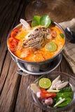 Sopa tailandesa picante do marisco do goong de Tom yum imagens de stock royalty free