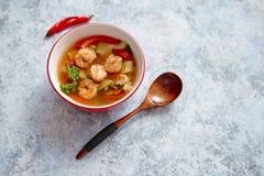 Sopa tailandesa picante tradicional de Tom Yum com camarão fotos de stock
