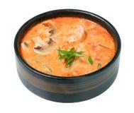 Sopa tailandesa Tom Yam Kung ou Tom Yum com cogumelos e camarão Isolado no fundo branco fotos de stock royalty free