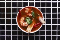 Sopa tom yum com camarões fotografia de stock royalty free
