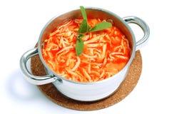 Sopa tradicional do tomate com o macarronete no potenciômetro Imagem de Stock