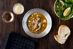 Sopa turca Beyran con la carne del cordero, el arroz, el ajo tajado y la salsa del vinagre servidos con la ensalada fotografía de archivo libre de regalías