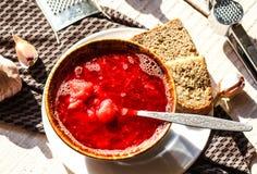 Sopa ucraniana da beterraba com feijões e alho Imagens de Stock