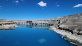 Sopa vattenfallet på ökendalen som avslöjer den förtrollande reflekterande blåa sjön stock video
